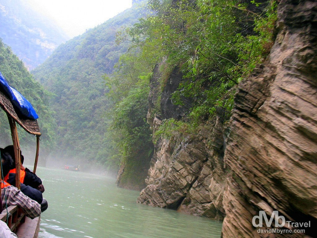 Boating on the Madu River of the Three Mini Gorges off the Yangtze River, Wushan, central China. September 27th, 2004.