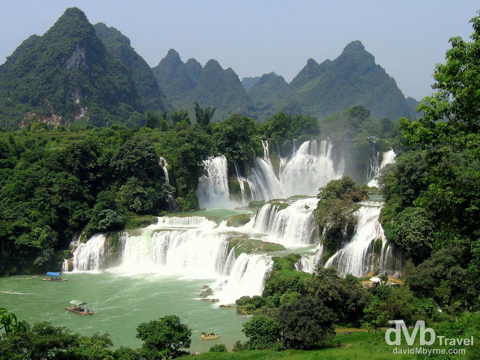 The Detian falls straddling the China-Vietnam border, near Shuolong, southwest China. September 1, 2005.